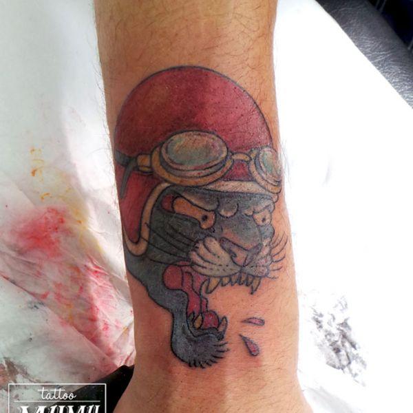 Tatouage d une tête de panthère portant un casque de moto