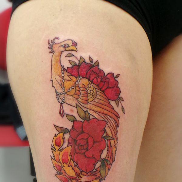 Tatouage de phénix romantique avec des roses