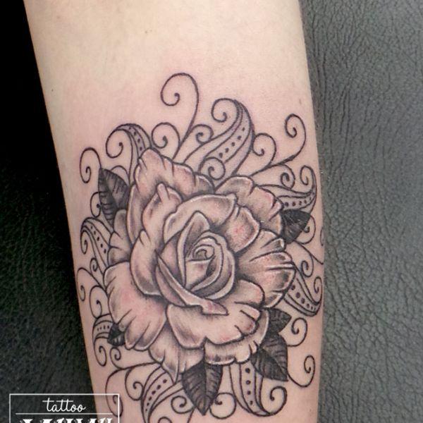Tatouage d une rose avec des arabesques
