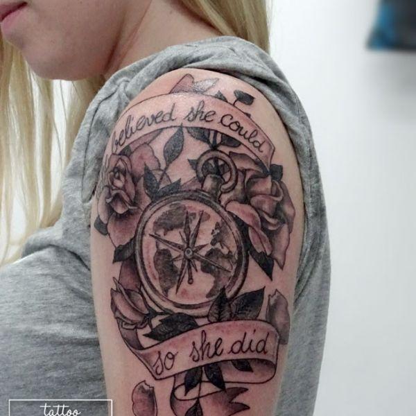 Tatouage d une boussole avec un ruban à texte et des roses